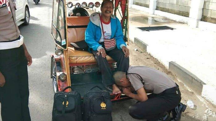 Polisi Ini Mencium Kaki Seorang Tukang Becak. Begitu tahu Kejadian Sebenarnya, Air Mata Netizen Mengucur Deras Tak Mau Berhenti !