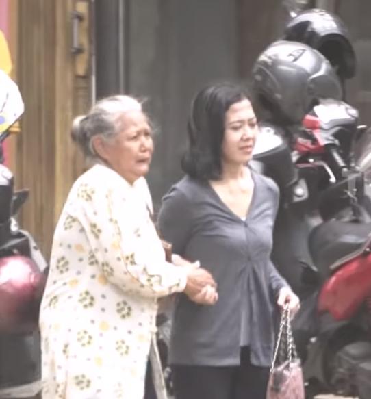 Nenek Pikun Ini Tersesat dan Tak Tahu Jalan Pulang. Reaksi Orang – Orang di Sekitar Menyulut Api Amarah Netizen !