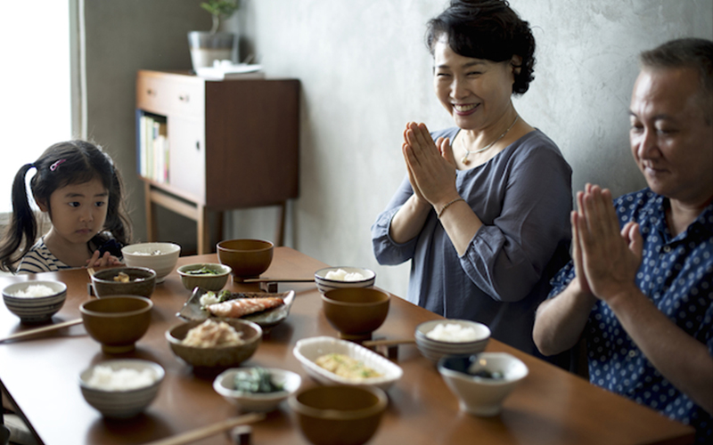 日本人飯前說的那句根本不是「我開動了」  他們從小教要講這句背後原來有這麼重要的原因