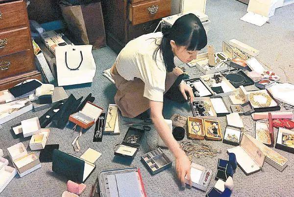 只因這個日本女人上了一下電視,就讓美國人瘋狂丟棄家裡的東西……